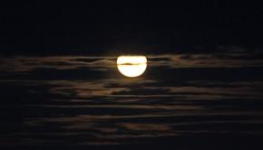 Lune dans les nuages