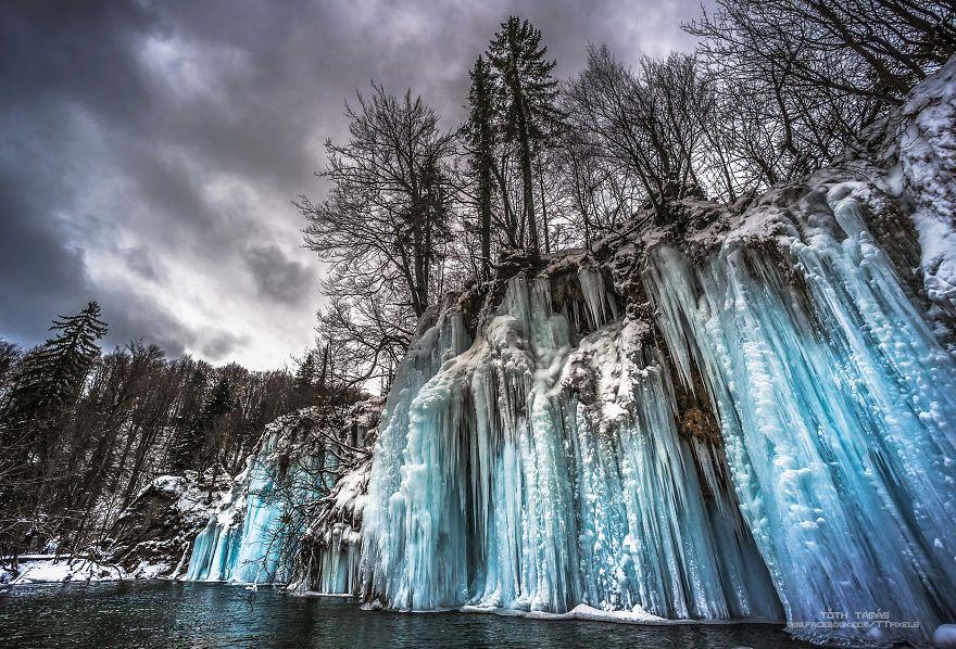Les-magnifiques-cascades-gelees-des-lacs-de-Plitvice-par-Tamas-Toth-3