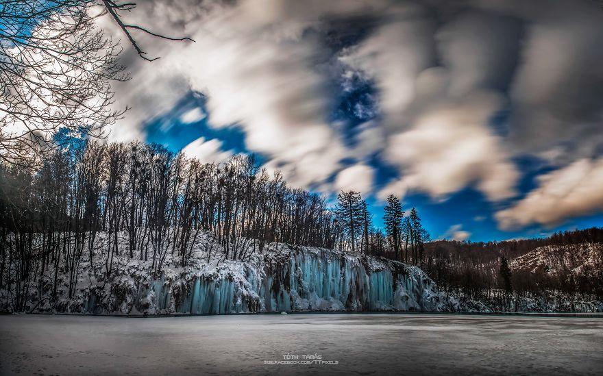 Les-magnifiques-cascades-gelees-des-lacs-de-Plitvice-par-Tamas-Toth-7
