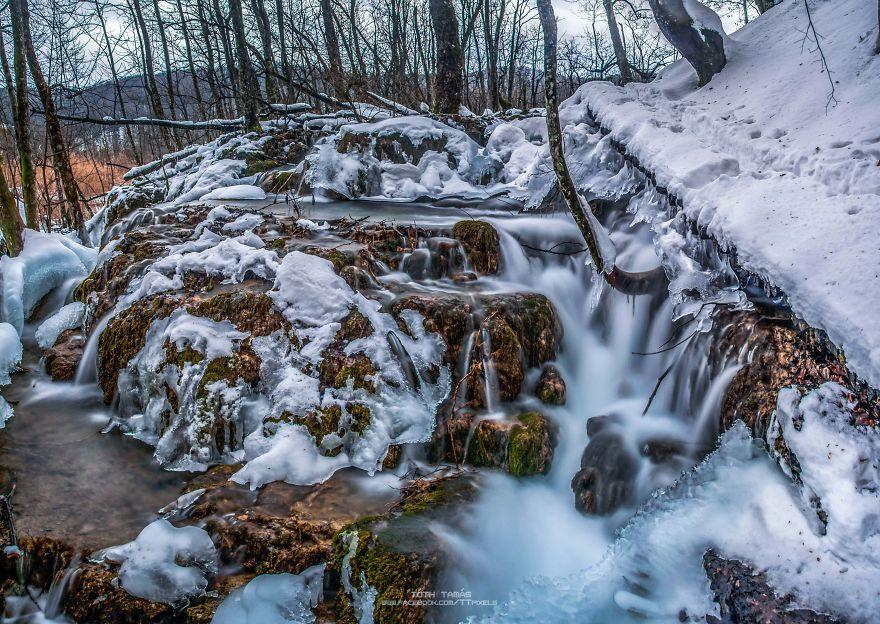 Les-magnifiques-cascades-gelees-des-lacs-de-Plitvice-par-Tamas-Toth-8