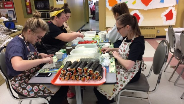 etudiante-campus-iles-de-la-madeleine-sushi-souper-benefice