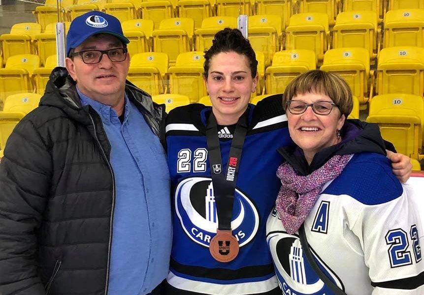 Jessica Cormier en compagnie de ses parents : Donald Cormier et Jocelyne Boudreau.