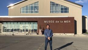 Guy Bernatchez devant le Musée de la Mer